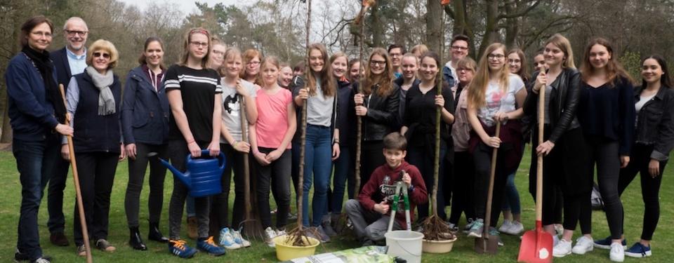Georgianum engagiert sich als Pflanzpate für Apfelbäume