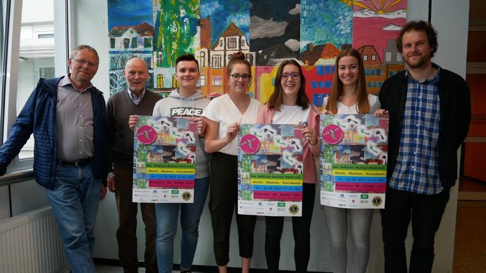 Plakate weisen auf Walk 'n Art-Festival der Schulen hin