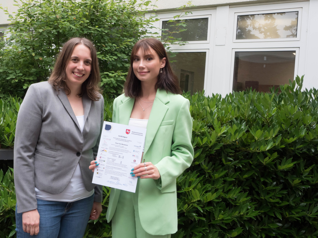 Das Foto zeigt die CertiLingua-Absolventin Clara Yael Wusterack und CertiLingua-Koordinatorin Judith Reinefeld.